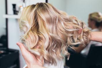 Co należy wiedzieć o dekoloryzacji włosów?